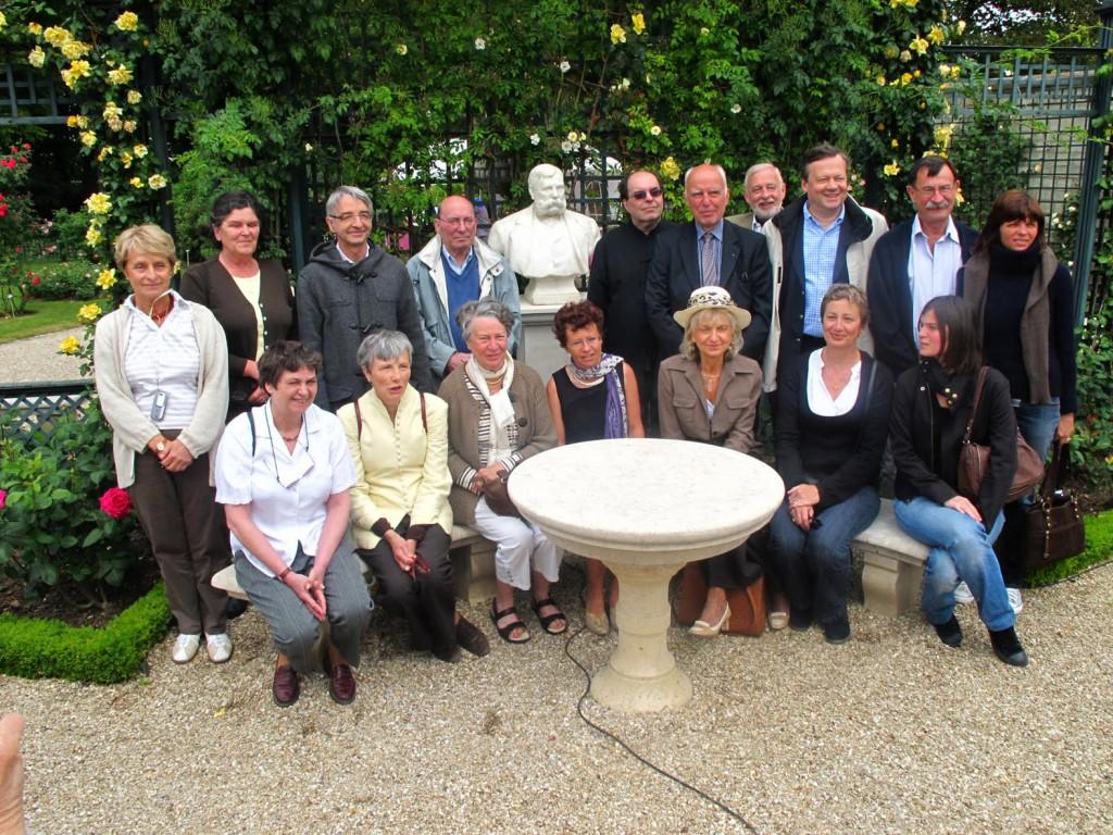 Des descendants de Jules Gravereaux et madame Sophie Hasquenoph, maire-adjointe à la culture de L'Haÿ-les-Roses entourent le buste du créateur de la Roseraie... Photo : René Le Marois